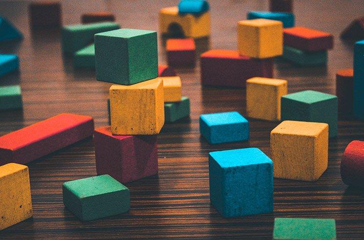 Un jeu de cubes de construction multicolores pour un jeu éducatif.