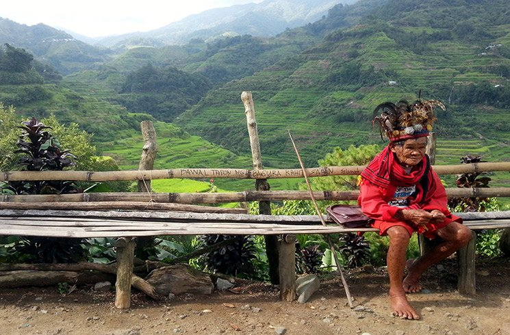 Un chamane se repose devant un paysage de montagne