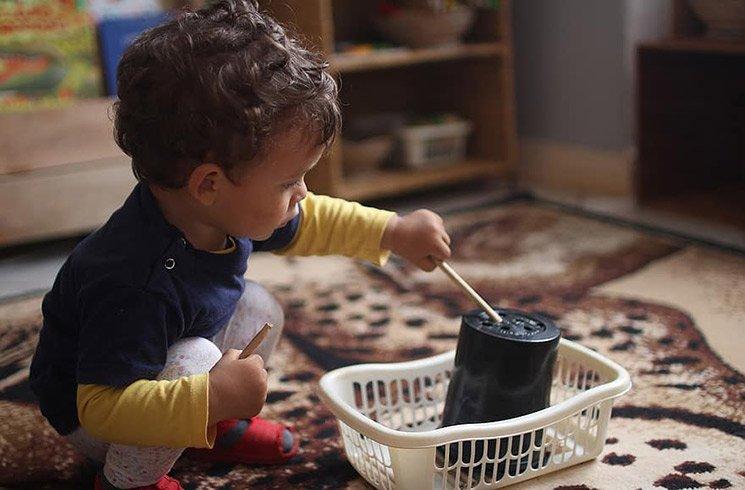 Un enfant joue en toute autonomie pour apprendre de nouvelles habilités.